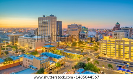 El Paso, Texas, USA  downtown city skyline at dusk with Juarez, Mexico in the distance. Foto stock ©