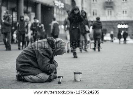 Elderly beggar woman on the street asking for money. Beggars. Social problem. Black and white. Social issue Foto stock ©