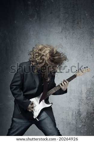 Electric guitar player on a trash background playing the rock music Foto stock ©