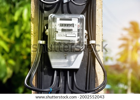 Electric watt hours installed on cement pole beside the road to keep monthly using electric rate. Foto stock ©