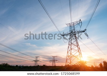 Electrical power lines and towers at sunset. Foto stock ©