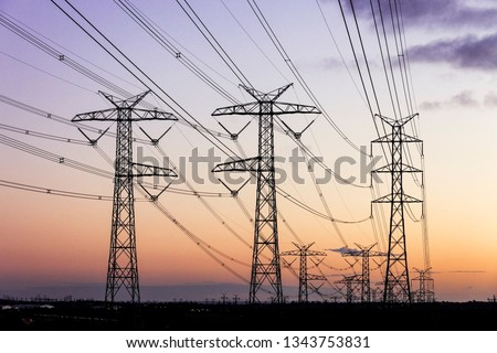 Electricity pylons during dusk evening sky sunset. Foto stock ©