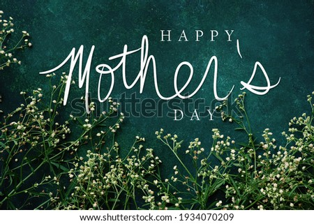 Elegant mother's day background with dainty flowers on green color backdrop. Stock foto ©