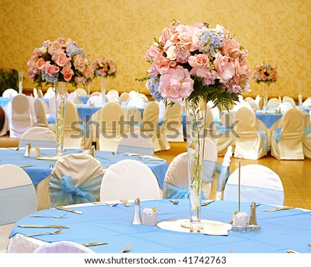 photo Elegant reception hall set with flowers for a beautiful wedding