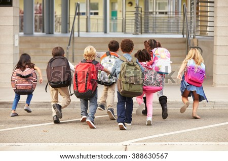 Elementary school kids running into school, back view Photo stock ©