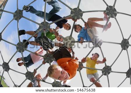 Foto de archivo: Los estudiantes de primaria en la estructura de juego