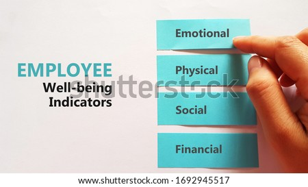 Employee Well-being Indicators checklist using sticky pad Foto stock ©