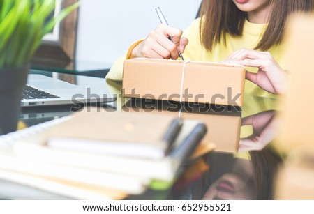 Employees write a parcel to prepare for delivery to customers. Order online for customer convenience.