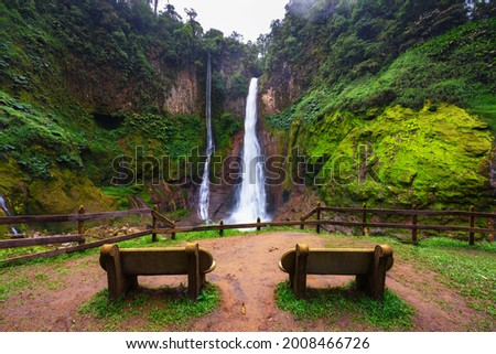 Empty benches at the Catarata del Toro waterfall in Costa Rica. This waterfall is located in Juan Castro Blanco National Park on the Toro Amarillo River and is 90m high. Foto stock ©