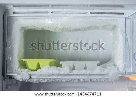 empty freezer of a refrigerator - Ice buildup on the inside of a freezer walls. Foto stock ©