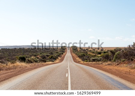 Empty long asphalt road in Australia. Highway in Western Australia in the middle of bushland  Stockfoto ©