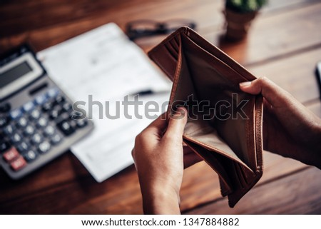 Empty money in wallet, concept money deficit, money is not enough , Unemployment, poverty Foto stock ©
