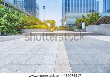 empty pavement and modern buildings in city Foto stock ©