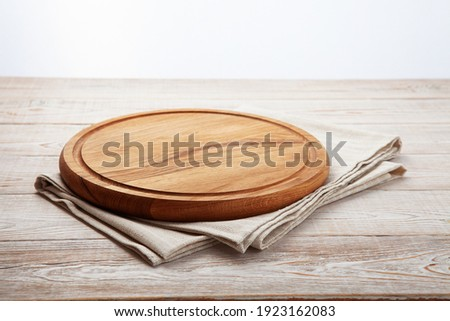 Empty pizza board and canvas tablecloth on white wooden deck. Selective focus. Foto stock ©