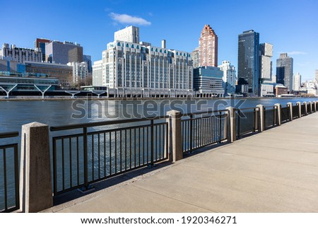 Empty Riverfront on Roosevelt Island in New York City with the Upper East Side Skyline ストックフォト ©