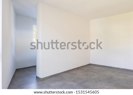Empty room with white walls, open door and access to the room's private bathroom. Nobody inside #1531545605