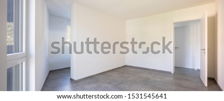 Empty room with white walls, open door and access to the room's private bathroom. Nobody inside #1531545641