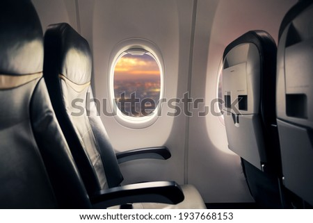 Empty seat on airplane while covid-19 outbreak destroy travel and airline business, health care and travel concept. Focus on window. Foto stock ©
