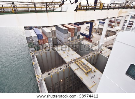 empty ship's cargo holds during container discharge in port