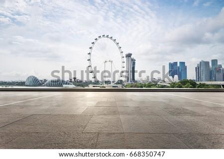 empty sidewalk with modern buildings near ferris wheel Foto stock ©