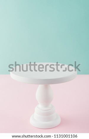 empty white cake stand on pink and turquoise background with copy space Foto stock ©