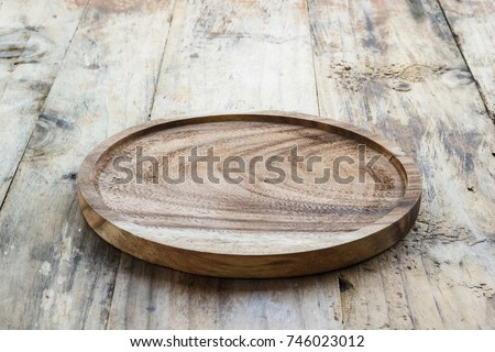 empty wooden plate on wood...