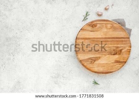Empty wooden round board on white stone kitchen table, top view, flat lay. Wooden pizza platter, copy space. Foto stock ©