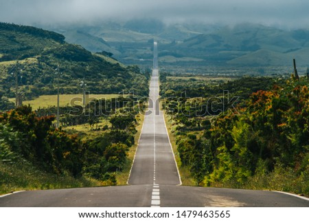 Endless road into the cloudy mountains & hills of Pico Island, Azores, Portugal Foto stock ©