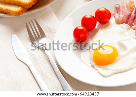 English breakfast with egg, bakon and tomatoes
