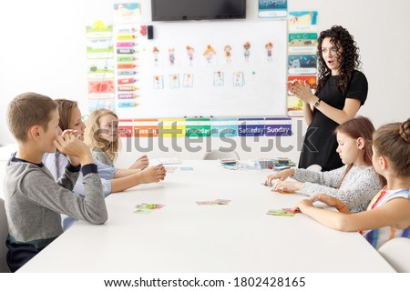 English teacher with children in the classroom. Surprised teacher, English courses Foto stock ©