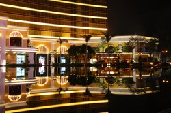 Entrance of Wynne hotel with reflection over fountain