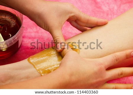 epilation with liquate sugar at legs