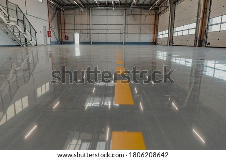 Epoxy and waxed flooring with colorful signage in car service Foto stock ©