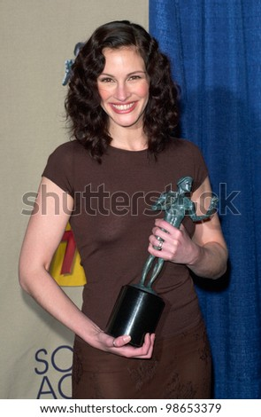 Erin Brockovich star JULIA ROBERTS, winner of the Best Female Movie Actor award, at the 7th Annual Screen Actors Guild Awards in Los Angeles. 11MAR2001.    Paul Smith/Featureflash