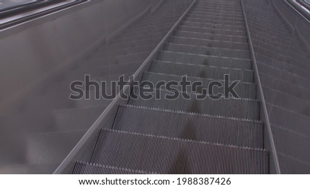 Escalator step movement. Automatic transportation of passengers to floor levels. Stiffening ribs of a metal structure. Foto stock ©