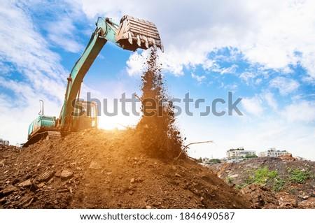 Escavadeira retirando terra em um dia com sol Foto stock ©