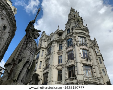 Estátua O Porto monument in the center of Porto Foto stock ©