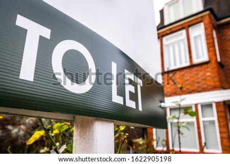 Estate agency 'To Let' sign board on street of red brick houses Stock fotó ©