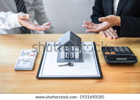 Estate agent are presenting home loan and giving house to client after discussing and signing agreement contract with approved application form, Home Insurance and Real estate investment concept. Foto stock ©