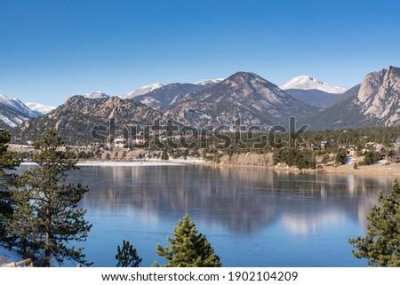Estes Park, CO - November 29, 2020: View of the the Rocky Mountains and the town of Estes Park, Colorado from across Lake Estes Photo stock ©