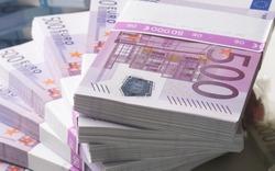 Euro banknotes and Many Euro banknotes