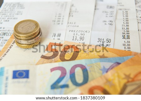 Euro coins and banknotes, and receipts; ordinary expenses of life. Foto stock ©