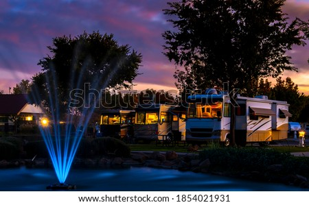 Evening at the Rv resort under a colorful sunset sky in front of a water fountain Imagine de stoc ©