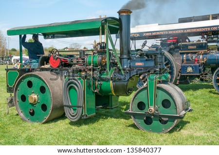 EVESHAM,WORCESTER,ENGLAND - APRIL 13 : A vintage Steam Roller and its owners on display in the show ring at a country fair on April 13 ,2009 in Evesham , England