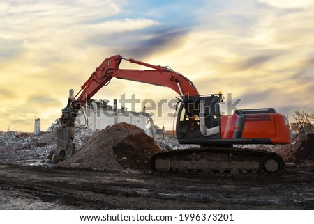 Excavator with attachment for demolishing and recycling concrete material. Crushers tool and Demolition Pulverizer. Concrete Saw, Cutting Attachment. Demolition Shears, Steel Shear. Soft focus Foto d'archivio ©