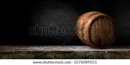 Excellent red wine bottles, wineglass, barrel and corkscrew on a rustic wooden table: traditional winemaking and wine tasting concept Foto stock ©