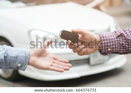 exchange handing over the car keys for to a young businessman. Foto stock ©