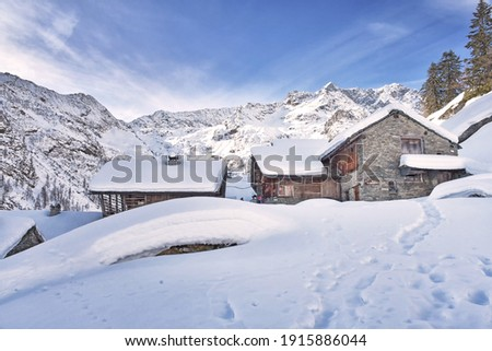 Excursion to the Valle d'Otro, above Alagna Valsesia, among the landscapes and the ancient Walser huts. Foto stock ©