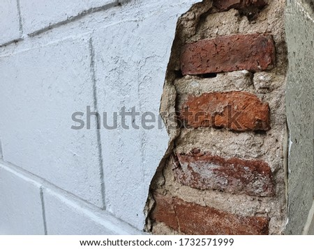 Exterior wall cracks such as cracks in the brickwork, surface or rendering of external walls.Cracks in foundation walls. Foto stock ©