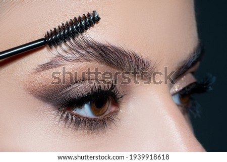 Eyebrows close up. Close-up macro of beautiful female eye with perfect shape eyebrows. Clean skin, fashion make-up. Good vision Foto stock ©